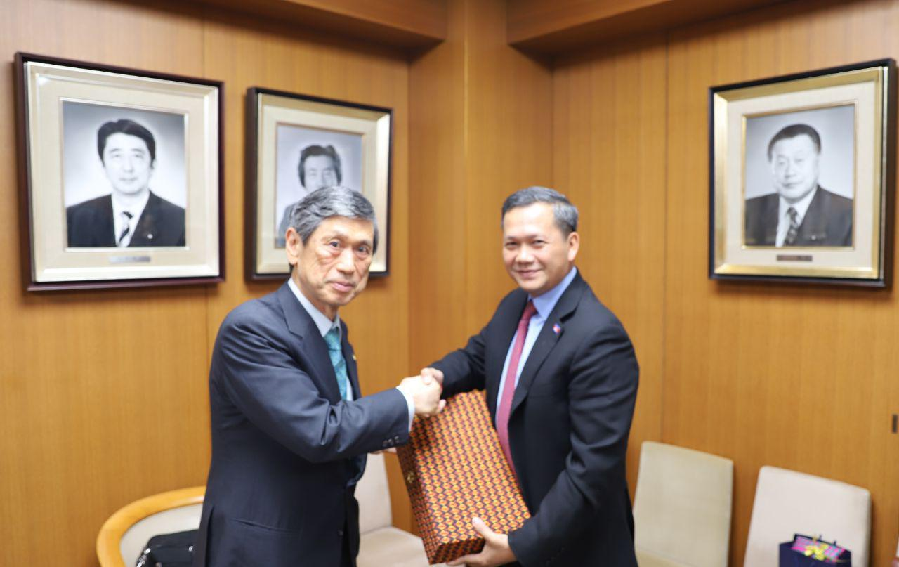 លោក ហ៊ុន ម៉ាណែត ជួបសម្ដែងការគួរសមជាមួយលោក ម៉ាសាហ៊ីកូ កូមួរ៉ា (Masahiko Komura) អនុប្រធានគណបក្សប្រជាធិបតេយ្យសេរី Liberal Democratic Party